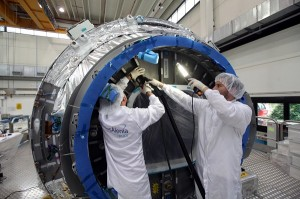 Tecnici TAS al lavoro sul primo PCM per Cygnus. (c) Thales Alenia Space