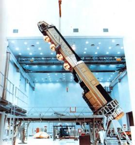 Un satellite KH9 HEXAGON con le 4 capsule di rientro color oro sotto la sezione superiore