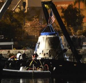 La capsula Dragon CRS-1 appena arrivata al porto di Los Angeles