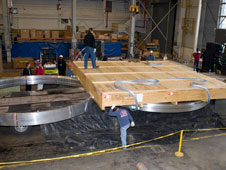 I tecnici del Marshall Space Flight Center stanno aprendo la cassa contenente i quattro grossi anelli metallici che verranno usati nella costruzione  degli adattatori per la capsula Orion. Questi anelli sono stati forgiati presso il  Major Tool and Machine di Indianapolis, per lo Space Launch System Program, gestito dal Marshall Center della NASA. Credit: NASA/MSFC