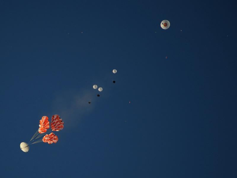 Il momento dell'apertura dei paracadute principali. (C) Nasa.