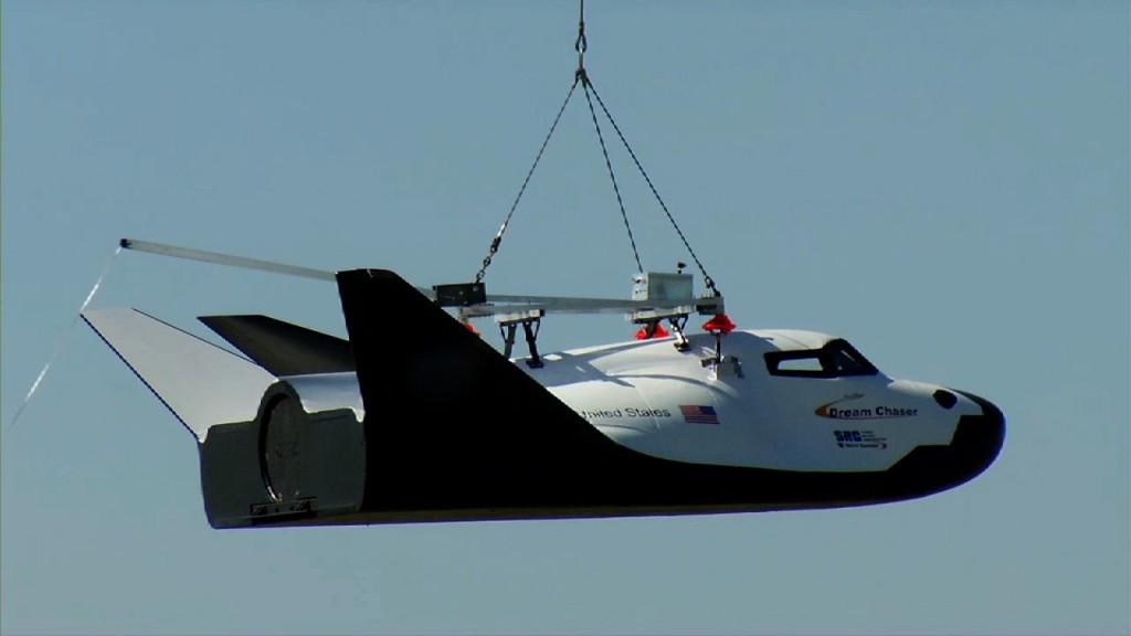 Il Dream Chaser durante un precedente volo appeso ad un elicottero