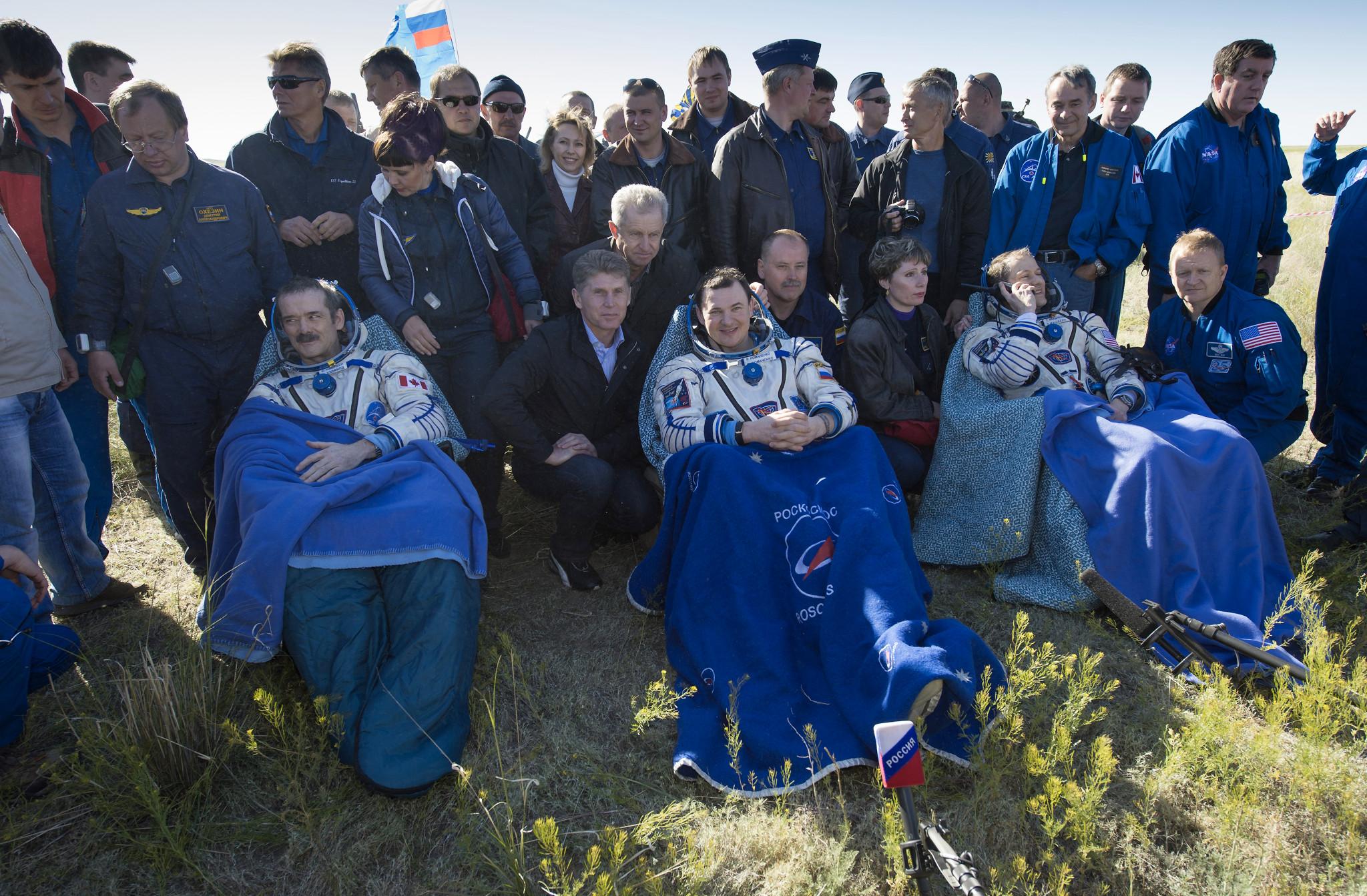Gli astronauti della Expedition 35 Chris Hadfield, Roman Romanenko e Tom Marshburn fuori dalla capsula Soyuz TMA-07M poco dopo l'atterraggio. Fonte: NASA/Carla Cioffi