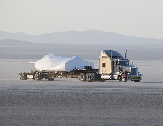 Il prototipo del Dream Chaser trasportato attraverso il fondo asciutto del Rogers Dry Lake presso la Edwards Air Force Base in California. (Credit: NASA/Tom Tschida)