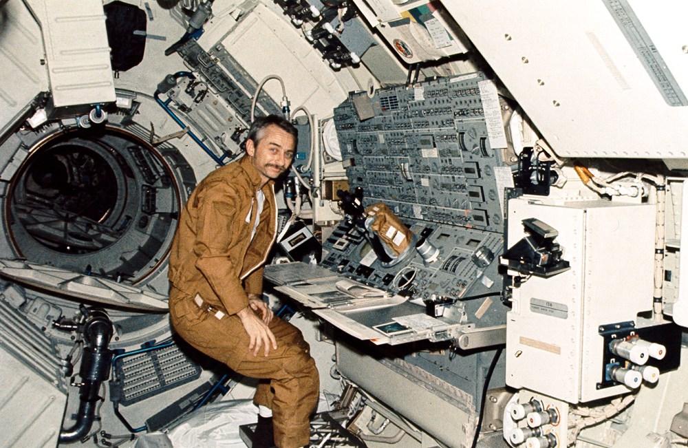 L'astronauta Owen Garriot ai comandi del telescopio solare dello Skylab. Fonte: NASA, scansione di Kipp Teague