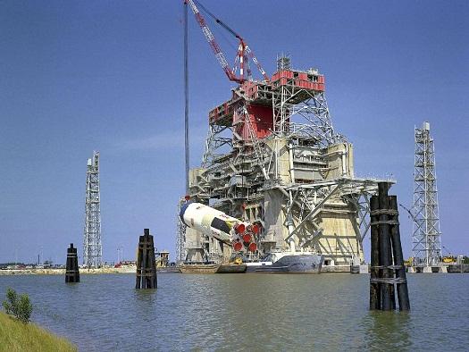 Un Saturn S-IC rocket stage viene rimosso dal B-1/B-2 Test Stand presso lo Stennis Space Center il 28 Aug. 28, 1968. (Credit: NASA/SSC)