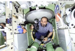 Umberto Guidoni entra nel modulo Zarya sulla ISS durante STS-100. (c) NASA