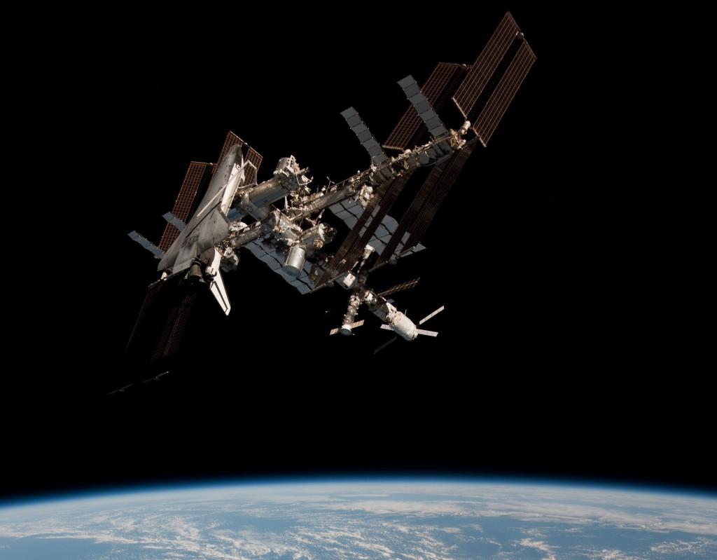 La ISS ripresa da Paolo Nespoli. Notare sulla sinistra la presenza dello Shuttle, e a destra ATV e una Soyuz.