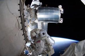In primo piano, Columbus fotografato all'esterno della ISS, durante una passeggiata spaziale della missione STS-135