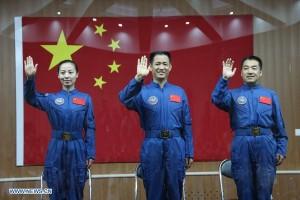 Il trio dei taikonauti cinesi, equipaggio di Shenzhou'10. Da sinistra a destra, Wang Yaping, Nie Haisheng, Zhang Xiaoguang. - Credits: Xinhua/Wang Jianmin