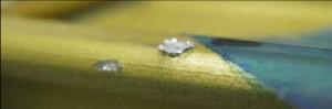 close-up di un microcratere da impatto su un corrimano esterno della ISS