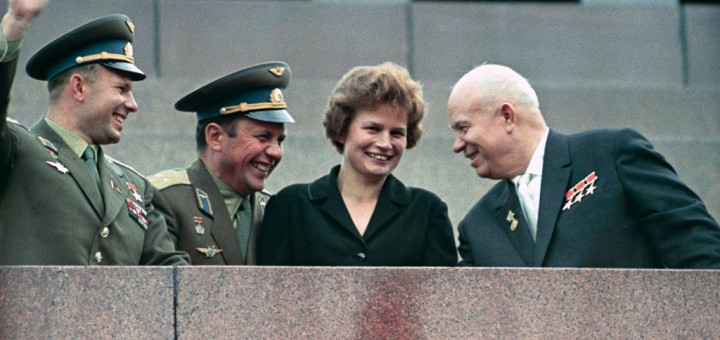 Da sinistra: Yuri Gagarin, Pavel Popovich, Valentina Tereshkova e Nikita Khrushchev al Mausoleo di Lenin a Mosca il 22 giugno 1963. Fonte: RIA Novosti archive, image #159271 / V. Malyshev/Wikimedia Commons, CC-BY-SA 3.0