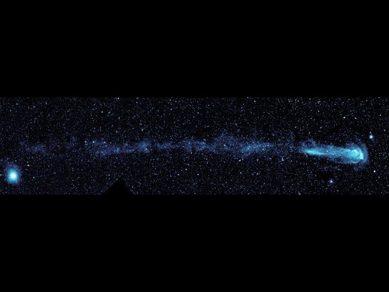GALEX ha ripreso la scia lasciata da una stella in movimento. Questa enorme coda si estende per circa 13 anni luce. Si tratta di un fenomeno mai osservato prima. Image Credit: NASA/JPL-Caltech