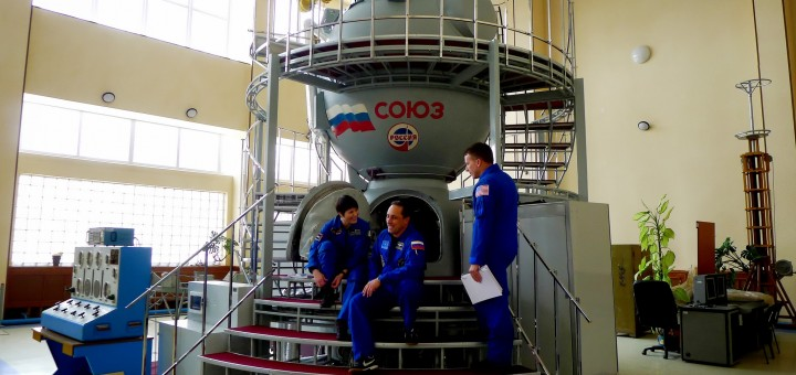 Samantha Cristoforetti, Anton Shkaplerov e Terry Virts davanti a un simulatore Soyuz a Star City. Fonte: Samantha Cristoforetti