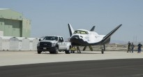 Il Dream Chaser di Sierra Nevada Corporation pronto per i taxi tow tests presso il Dryden Flight Research Center in California. (Credit: NASA)