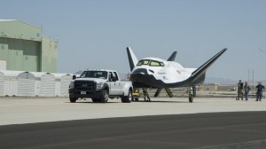 Il Dream Chaser di Sierra Nevada Corporation pronto per i taxi tow tests presso il Dryden Flight Research Center in California. (Credit: NASA)