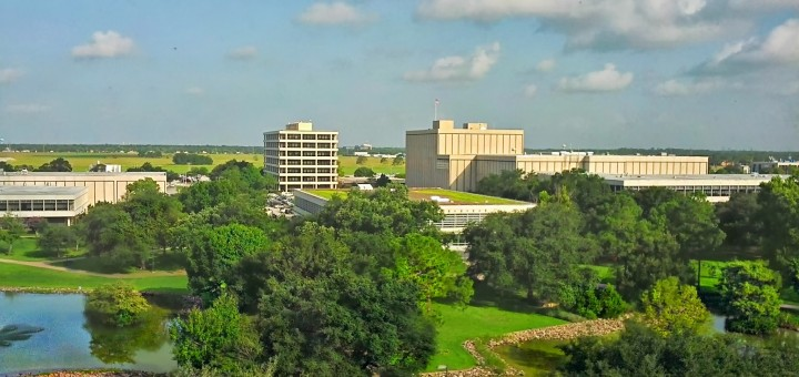 La vista dall'ufficio di Samantha Cristoforetti al Johnson Space Center della NASA a Houston. L'edificio in fondo a destra è il Mission Control Center - Houston. Fonte: Samantha Cristoforetti