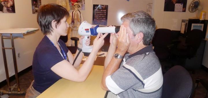 Samantha Cristoforetti fa pratica con un oftalmoscopio al JSC. Fonte: Samantha Cristoforetti