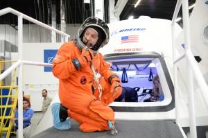 L'astronauta Randy Bresnik si prepara ad entrare nella CST-100 costruita presso lo Houston Product Support Center della Boeing