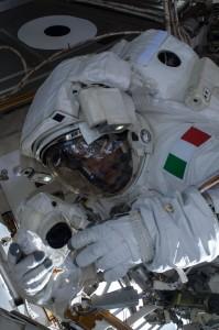 Luca Parmitano nella EVA-23, interrotta anticipatamente per una perdita d'acqua nel casco della sua tuta. Fonte: NASA