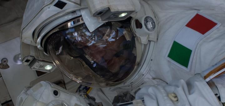 Luca Parmitano nella EVA-22, interrotta anticipatamente per una perdita d'acqua nel casco della sua tuta. Fonte: NASA