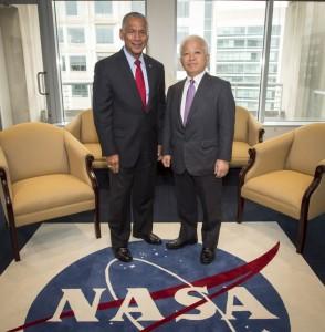 Charles Bolden e Naoki Okumura nell'incontro di Washington del 13 luglio 2013. Fonte: NASA/Bill Ingalls