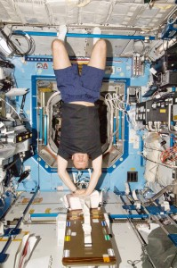 Un astronauta della Expedition 34 si addestra alla CPR (rianimazione cardiopolmonare) sulla ISS. Fonte: NASA