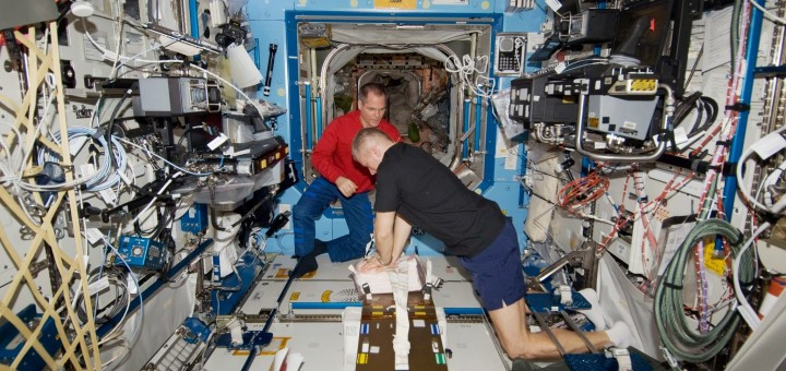 Membri della expedition 34 si addestrano alla CPR (rianimazione cardiopolmonare) sulla ISS. Fonte: NASA