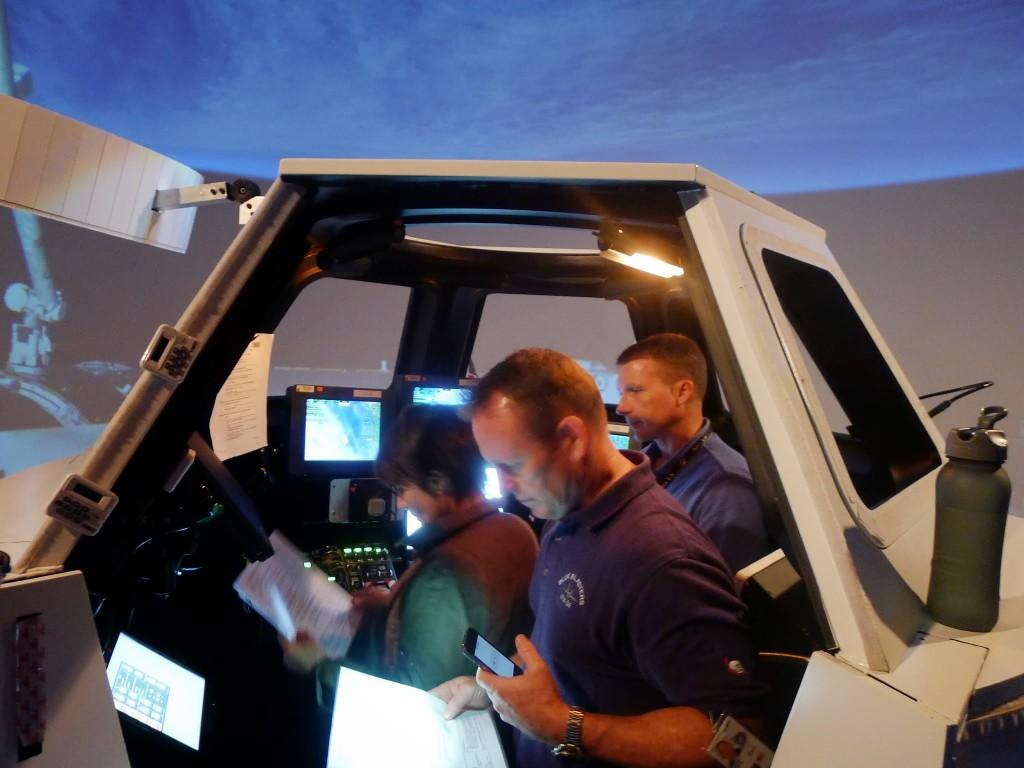 Samantha Cristoforetti fa pratica con il Canadarm 2 nel simulatore di Cupola. Fonte: Josh Matthew