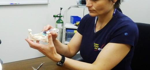 Samantha Cristoforetti esegue alcune procedure dentistiche. Fonte: Samantha Cristoforetti