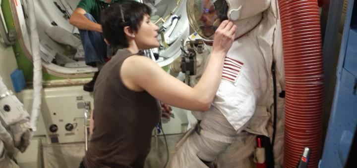 Samantha Cristoforetti aiuta un collega astronauta a indossare la tuta EMU per EVA. Fonte: Josh Matthew
