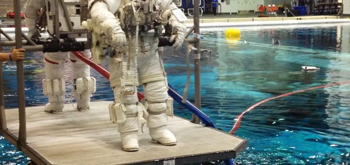 Samantha Cristoforetti e Terry Virts vengono calati nella piscina del NBL per una simulazione di EVA. Fonte: Josh Matthew