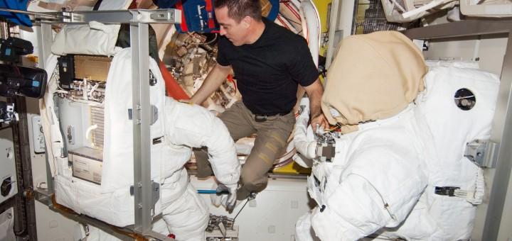 Chris Cassidy esamina le tute EMU che ha usato insieme con Luca Parmitano sulla ISS. Fonte: NASA