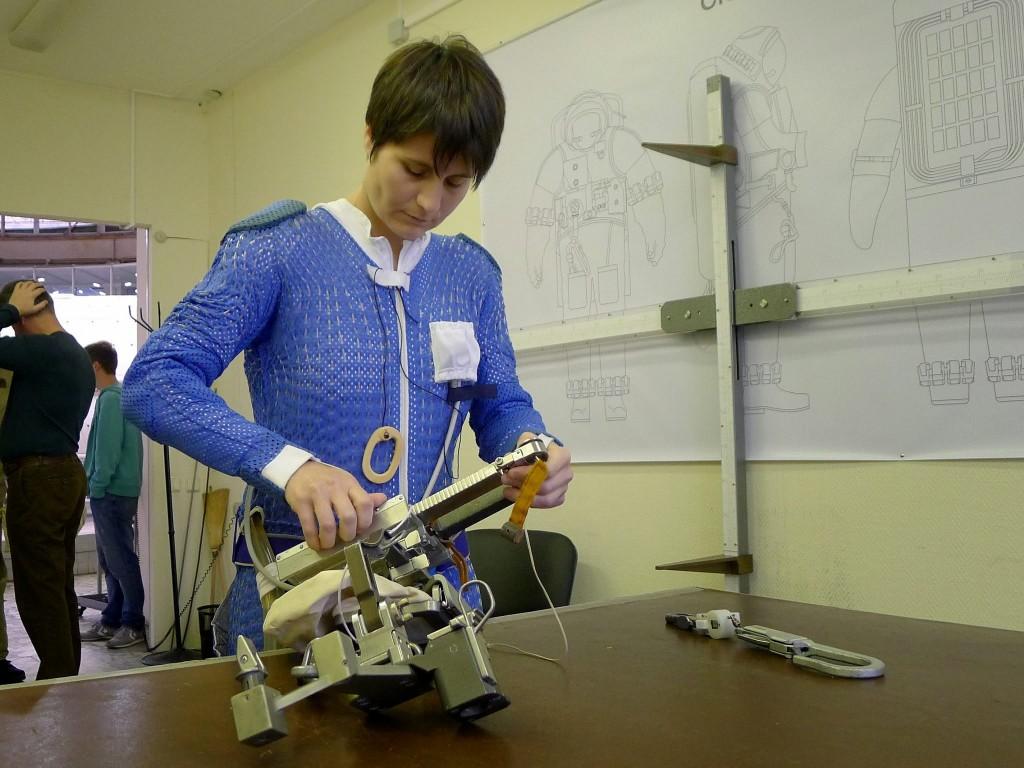 Samantha Cristoforetti prepara l'equipaggiamento per una simulazione di EVA all'Hydrolab di Star City. Fonte: Samantha Cristoforetti