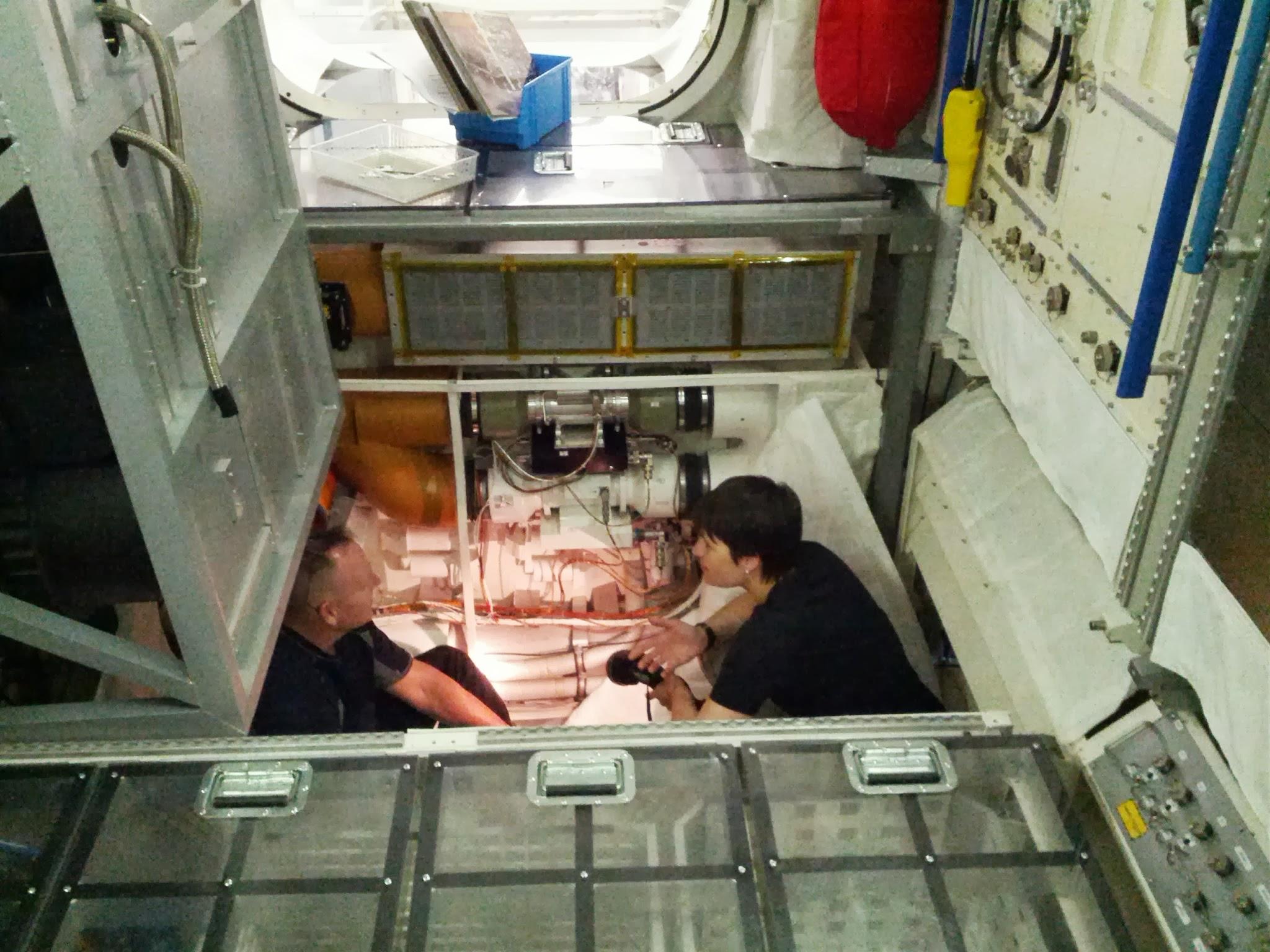 Samantha Cristoforetti al lavoro in un alloggiamento di un rack di Columbus. Fonte: Samantha Cristoforetti