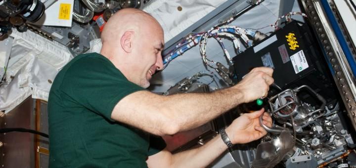 Luca Parmitano sostituisce un Water Pump Assembli di Columbus. Fonte: NASA
