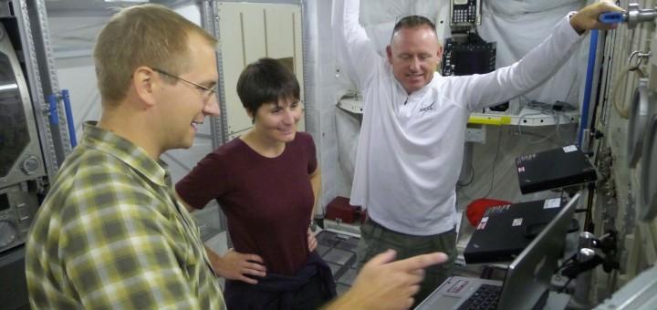 Samantha Cristoforetti si addestra alla manutenzione dei laptop di Columbus. Fonte: Samantha Cristoforetti