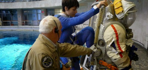Samantha Cristoforetti entra nella tuta Orlan per una sessione all'Hydrolab di Star City. Fonte: Samantha Cristoforetti