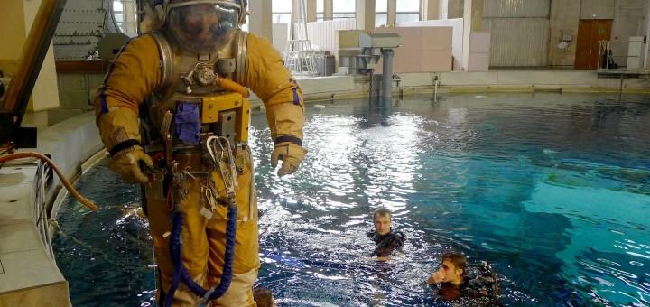 Samantha Cristoforetti in tuta Orlan viene calata nell'Hydrolab di Star City. Fonte: Samantha Cristoforetti