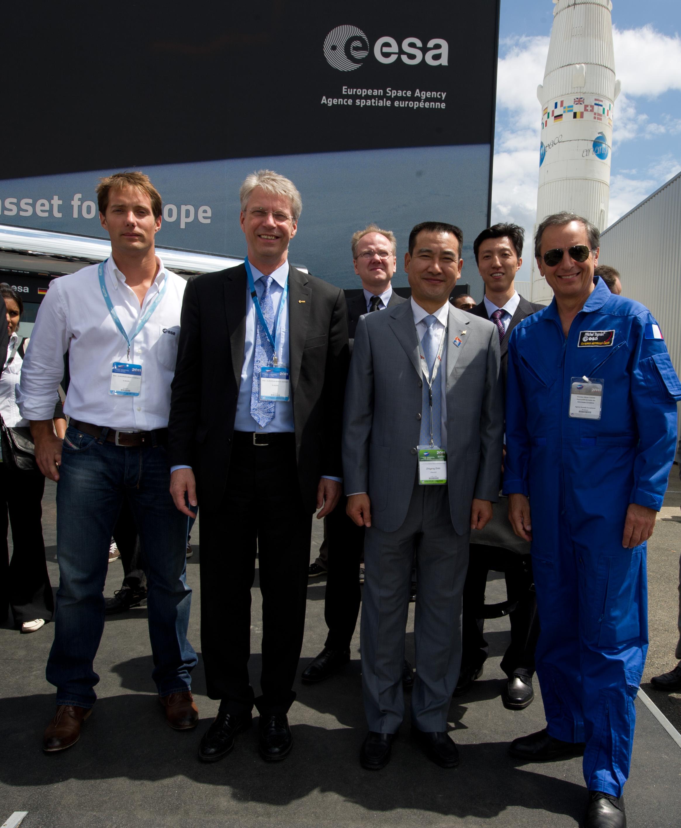 Da sx a dxt:Thomas Pesquet, astronauta ESA, Thomas Reiter,  Direttore dell'Human Spaceflight and Operations, il Colonnello Zhai Zhigang, primo spacewalker cinese, e Michel Tognini, Capo dell'European Astronaut Centre, ripresi al Paris Air & Space Show, il 23 Giugno 2011.