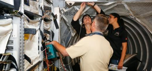 Samantha Cristoforetti installa il filtro dell'aria nel mockup di ATV in una sessione di addestramento all'EAC di Colonia. Fonte: Samantha Cristoforetti