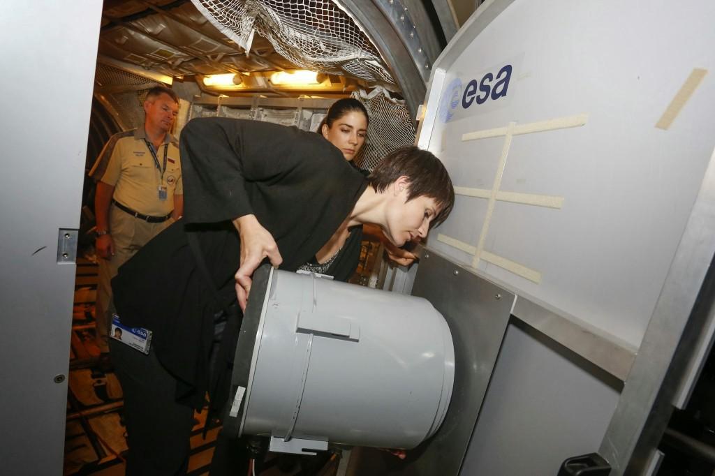 Samantha Cristoforetti installa il filtro dell'aria di ATV nel mockup all'EAC di Colonia. Fonte: Samantha Cristoforetti