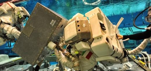 Samantha Cristoforetti e Terry Virts in una simulazione di EVA al NBL del JSC nella primavera del 2013. Fonte: NASA