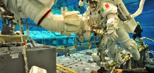 Terry Virts sull'APFR e Samantha Cristoforetti in una EVA simulata al NBL. Fonte: NASA