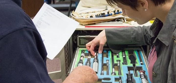 Samantha Cristoforetti esamina la cassetta degli atrezzi della ISS al JSC. Fonte: NASA