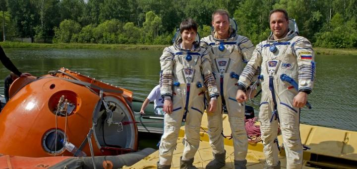 Samantha Cristoforetti con l'equipaggio della Soyuz TMA-15M durante l'addestramento di sopravvivenza in acqua. Fonte: Samantha Cristoforetti