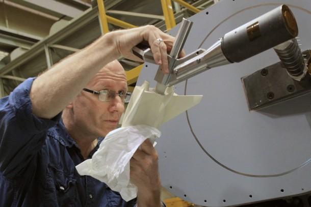 Un ingegnere presso il Langley Research Center di NASA prepara il modello da 25 cm del Dream Chaser di Sierra Nevada Corporation per il test nella galleria del vento ad alta velocità. Credits: NASA/David Bowman