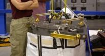 Samantha Cristoforetti esamina al JSC una replica ad alta fedeltà di un componente dei pannelli solari della ISS. Fonte: Samantha Cristoforetti