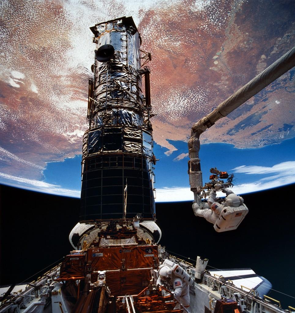 L'astronauta Story Musgrave sul Canadarm in una EVA di STS-61, la prima Hubble servicing mission. Fonte: NASA