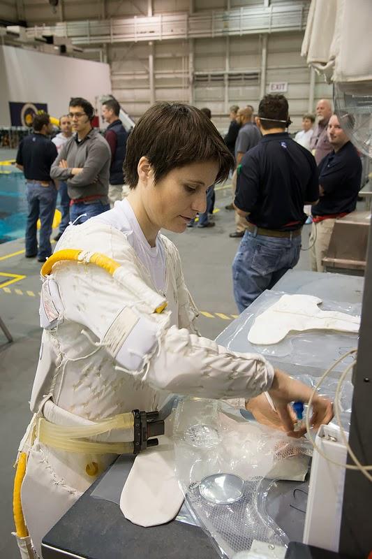 Samantha Cristoforetti indossa l'undergarment prima di una sessione di addestramento EVA al NBL. Fonte: Samantha Cristoforetti